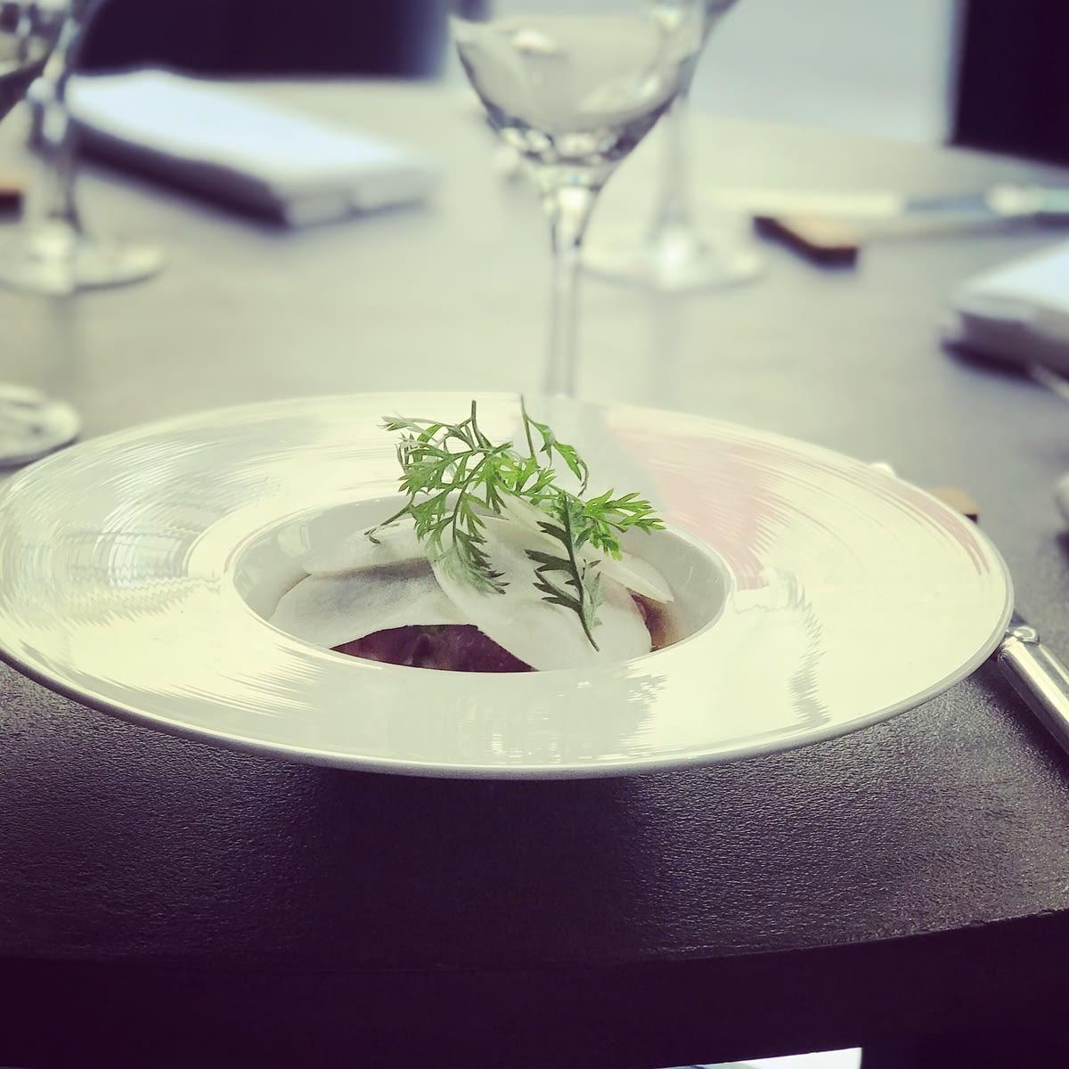 Restaurant Vivre  - 3 rue de la Michodière 75002 Paris - Millefeuille de Navet Tokyo Bonite Pesto de Fanes de Radis Sureau Fleur de Cerisier