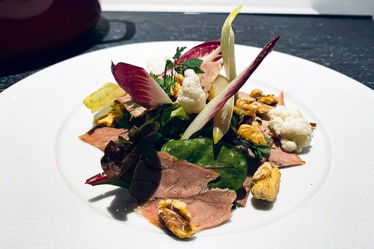 Jarret de veau braisé, salade d'herbes, endives, vinaigrette à l'huile de noix 1200 x 800.jpg