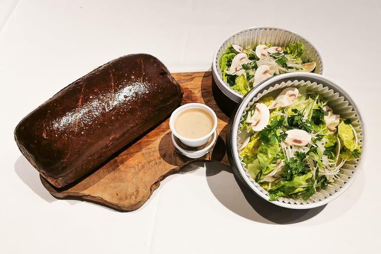 Saucisson lyonnais pistaché en brioche, salade sucrine et radis noir, vinaigrette à la truffe 1200 x 800.jpg