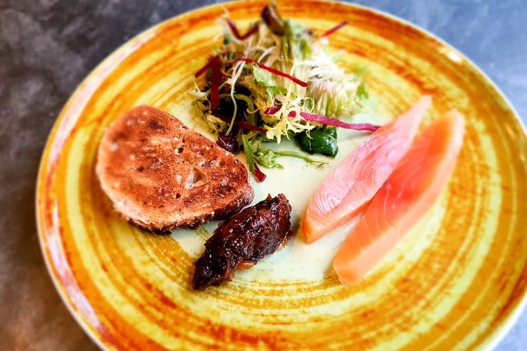 Saumon fac¸on gravlax, chutes de fruits secs au poivre de tinut 1200 x 800.jpg