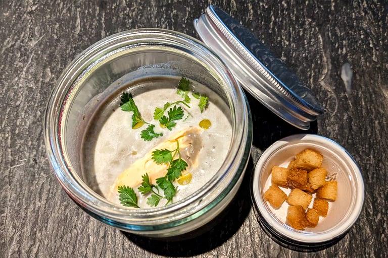 Velouté de lentilles vertes du Puy, crème au curry, croûtons 1200 x 800.jpg